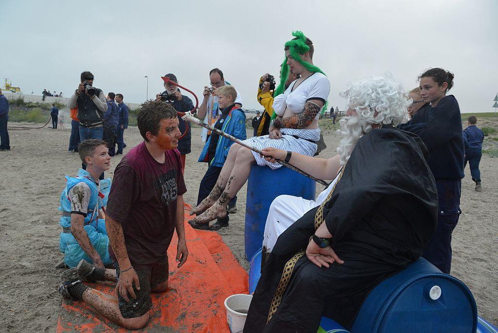 Natuurlijk bezoeken Neptunus en Neptunia het zomerkamp op zoek naar 'ongelikte' zeekadetten.