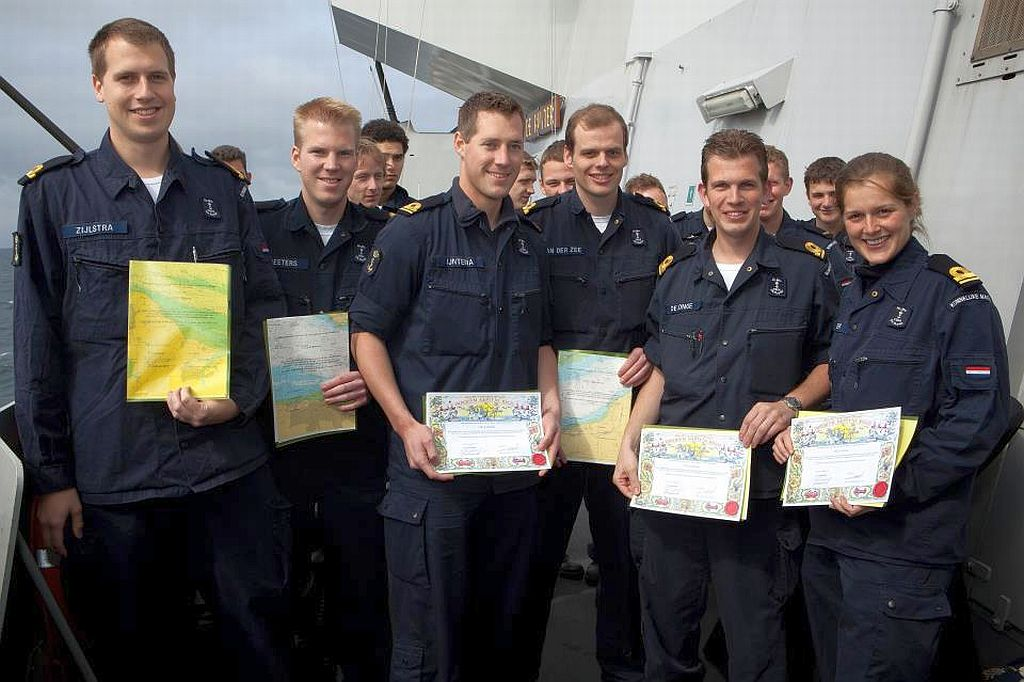 Officieren van de Zr.Ms. de Ruyter met hun behaalde Zeewachtstandaard.