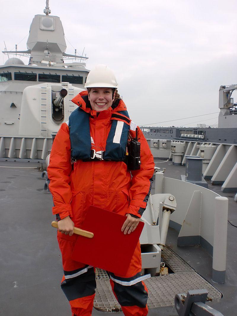 De veiligheidsofficier heeft ook een taak tijdens het bevoorraden op zee, hier op de bak van Hr.Ms. Tromp