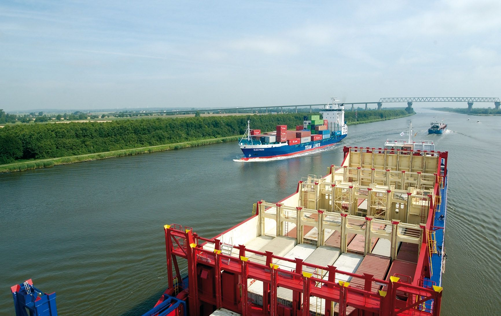 Twee containerfeeders in het Kielerkanaal.