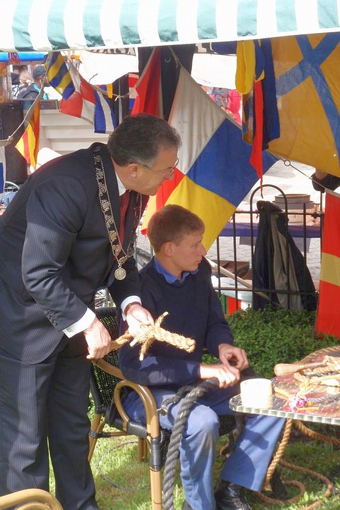 Pascal Vlug geeft de burgemeester van Rotterdam een lesje splitsen.