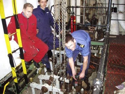 Richard van den Donker geeft in de machinekamer van de Betelgeuze kadetten instructie over de werking van de motor.