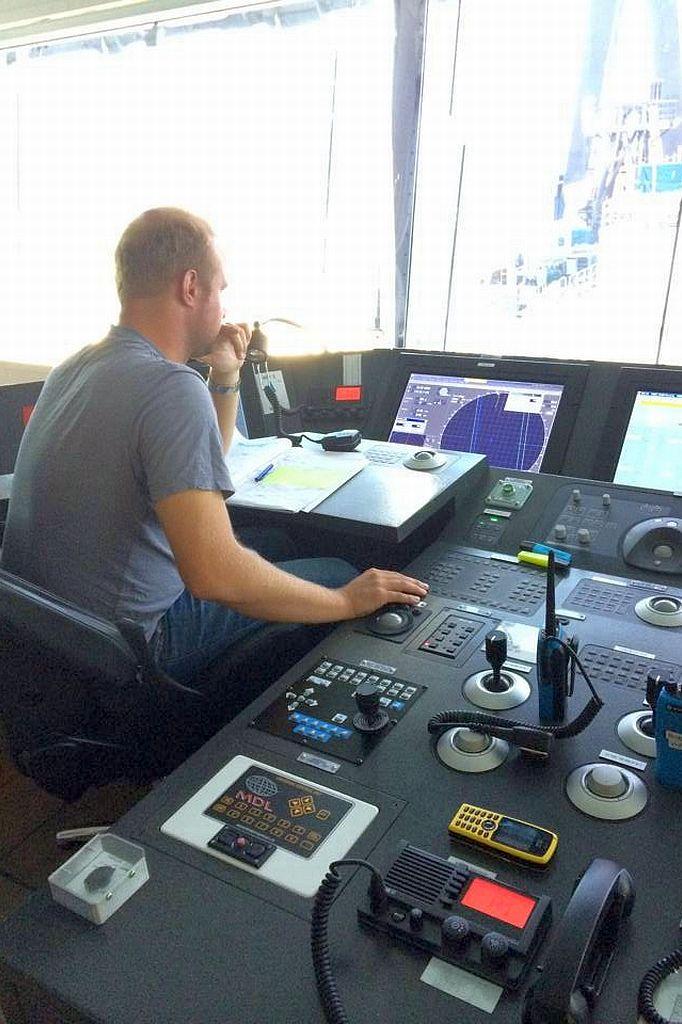 Wouter Blom in de DP console van de 'Aegir' van Heerema.