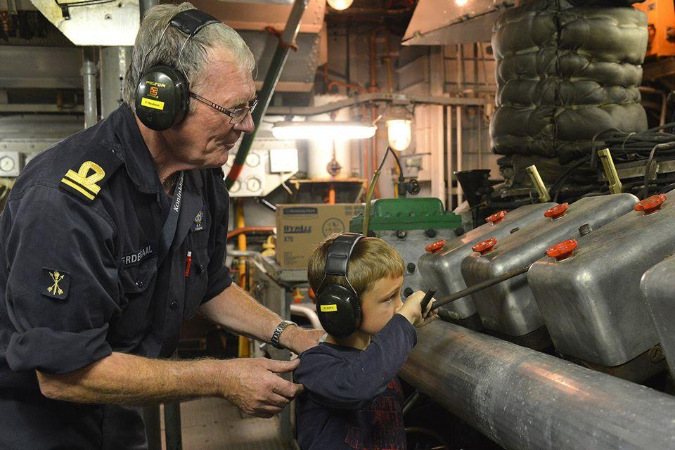 Jong en oud in de machinekamer