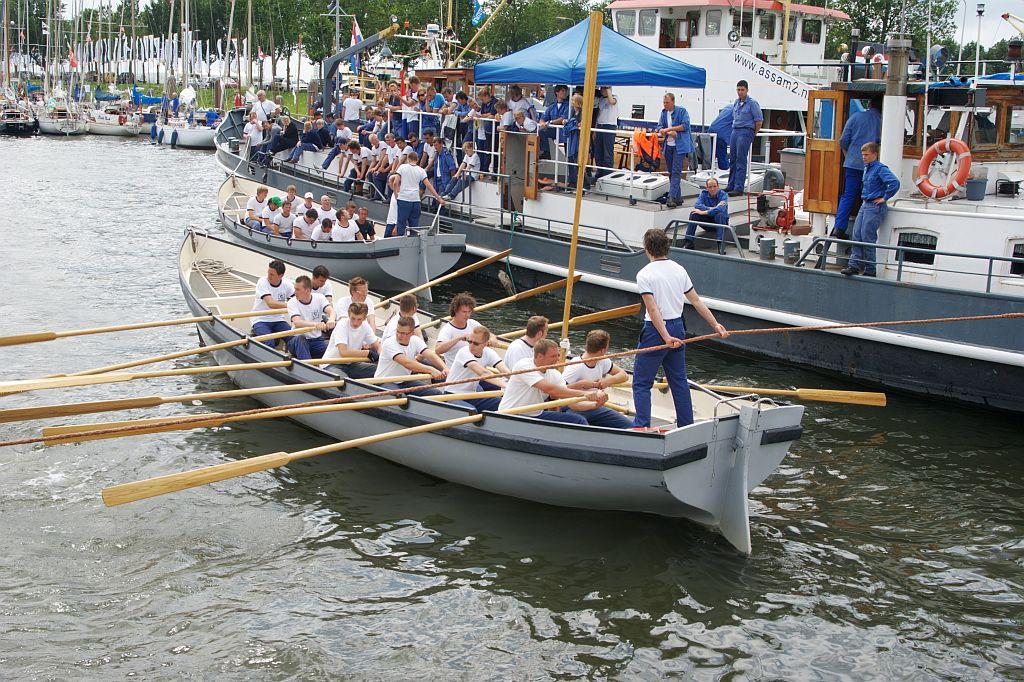 Start van de roeiwedstrijd in WR1-sloepen, bij de ligplaats van de Zeefakkel van het Zeekadetkorps Hellevoetsluis.