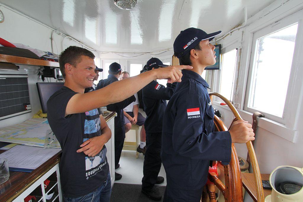 Buitenlandse zeekadet achter het roer van een Nederlands zeekadet schip. (foto: Krisnan Kusumaatmadja)