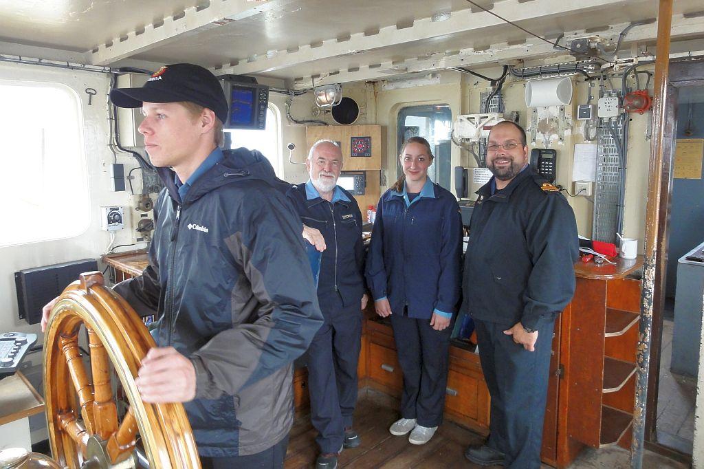 Amerikaanse zeekadet achter het roer van de Betelgeuze van ZKK Rotterdam