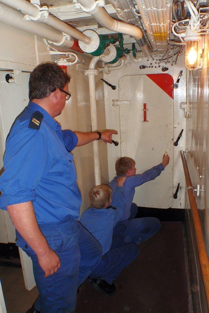 Erwin Douma leert als kwartiermeester de jonge zeekadetten wat ze moeten doen als er brand aan boord is.