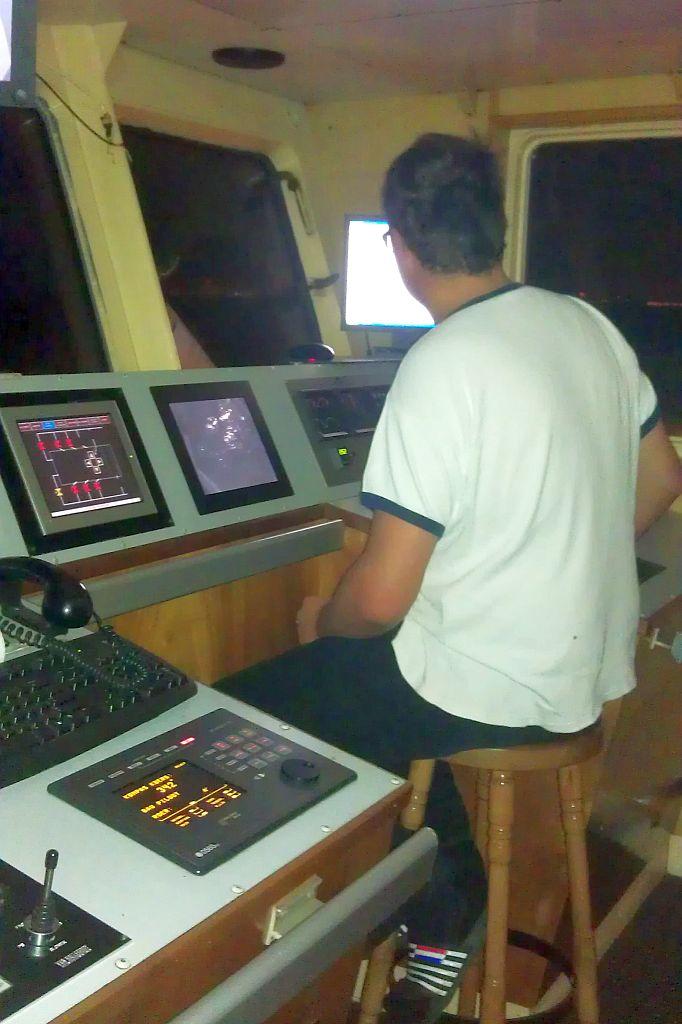 Aan het werk in de stuurhut van de hopperzuiger DEO-GLORIA.