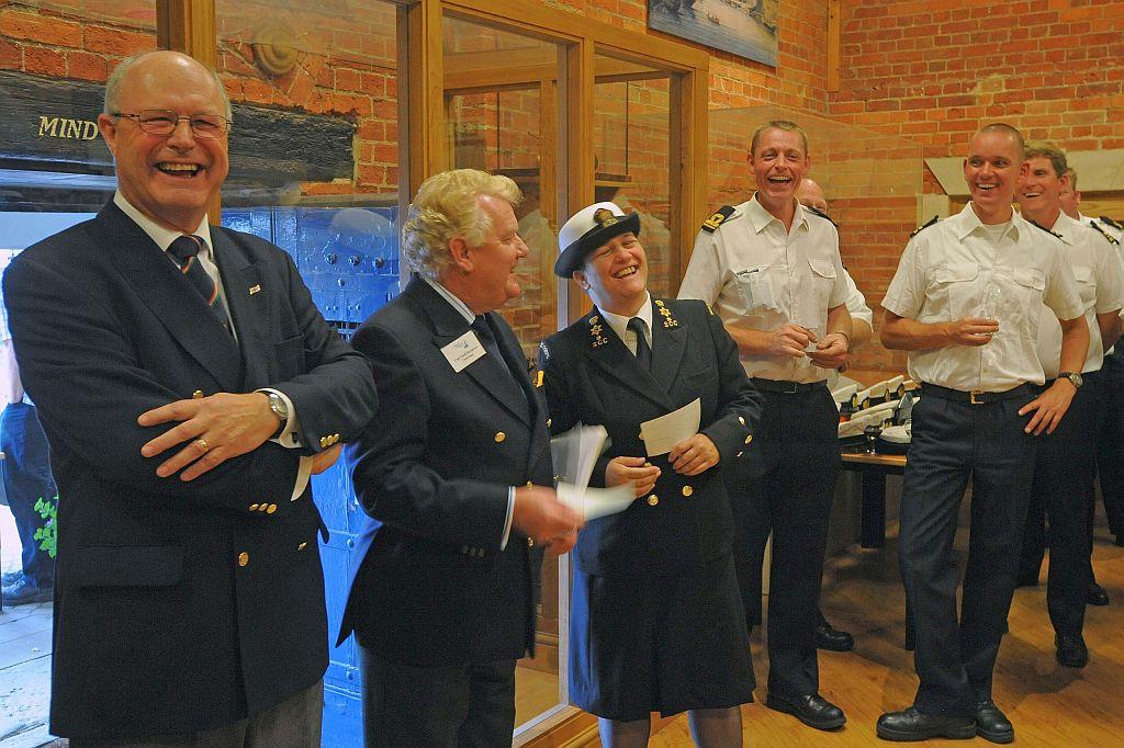 Ook als zeekadet kom je in het buitenland. Frits Dil met leden van andere korpsen op bezoek bij het Britse zeekadetkorps.