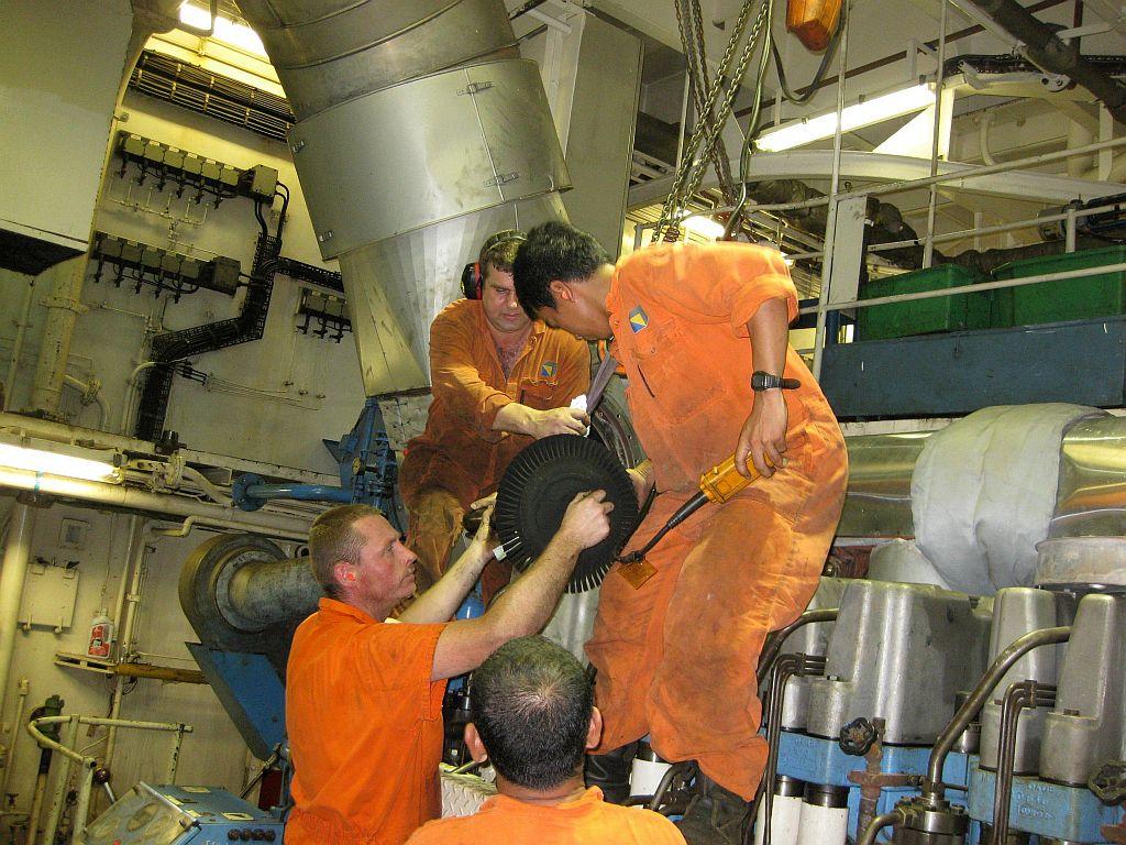 Fris Dil met zijn ploeg aan het werk op de cutterzuiger 'Ursa'.