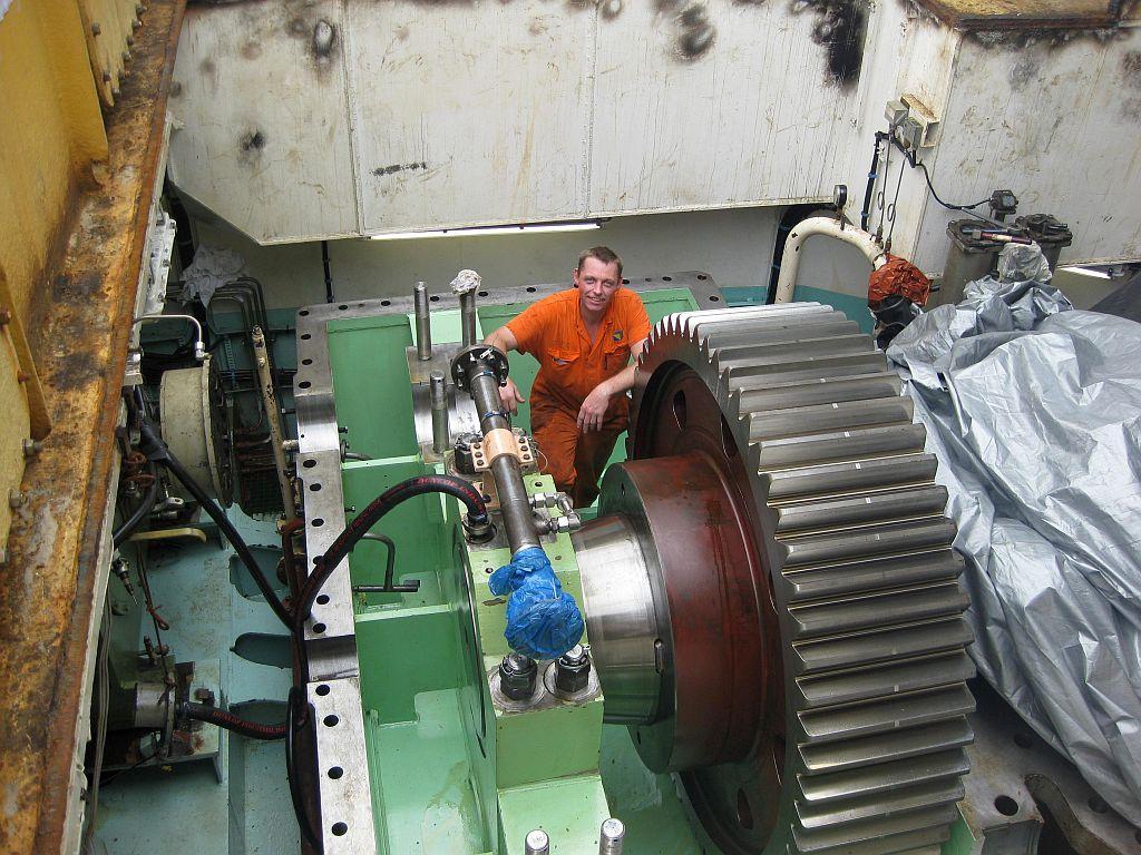 Frits Dil als machinist aan het werk op de 'Ursa'' .
