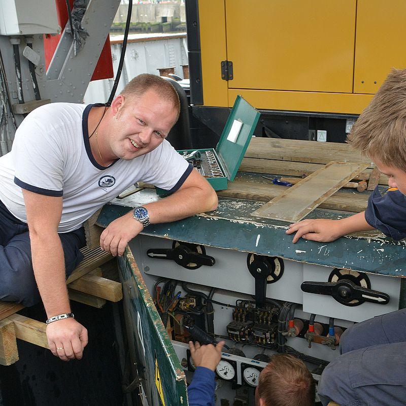 Geert Abels gebruikt zijn ervaing bij het Zeekadtekorps en de Marine voor instructie aan de zeekadetten.