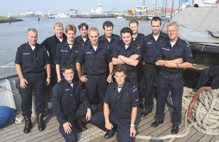 Geert Abels met de korporaalsopleiding (KOK) van de Koninklijke Marine op bezoek op het zeekadetschip Sittard.