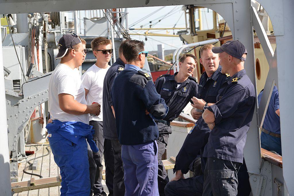 Geert Abels (2e van rechts) in overleg met de technische dienst van het korpsschip Sittard.