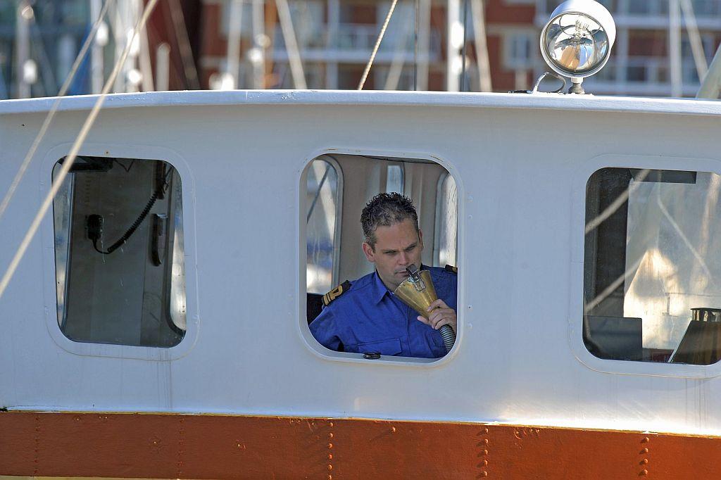 """Op de brug van de 'Bulgia"""" van het Zeekadetkorps Alkmaar."""