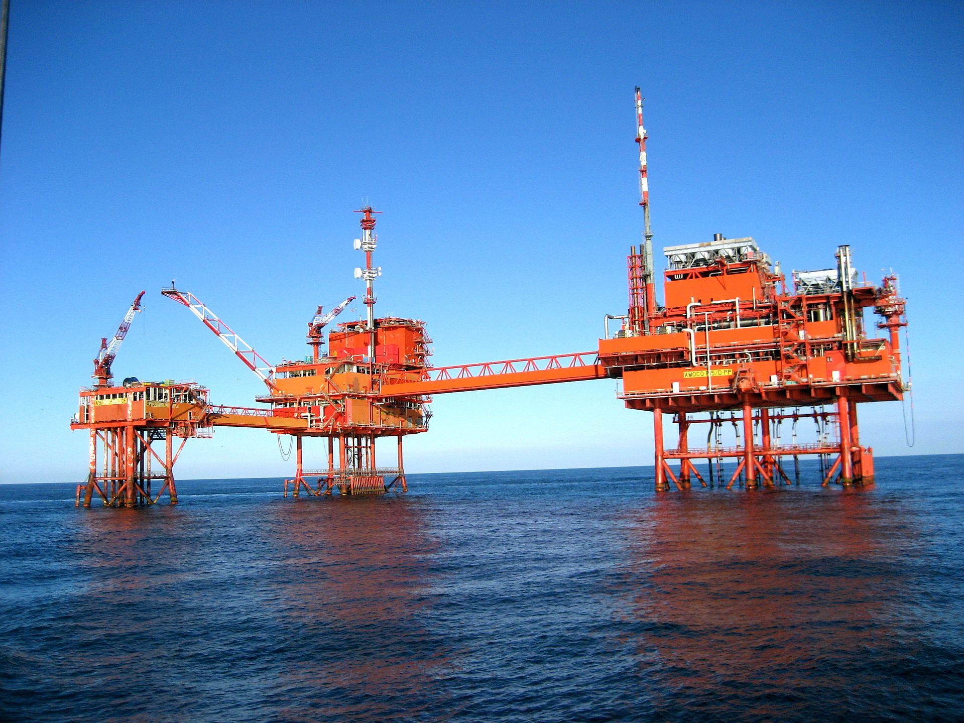 Productie-eiland Rijn Charlie (P15C) van Taqa Energy op de Noordzee 20 zeemijl uit de kust van Scheveningen (foto vanaf het korpsschip Bulgia va het Zeekadetkorps Alkmaar).