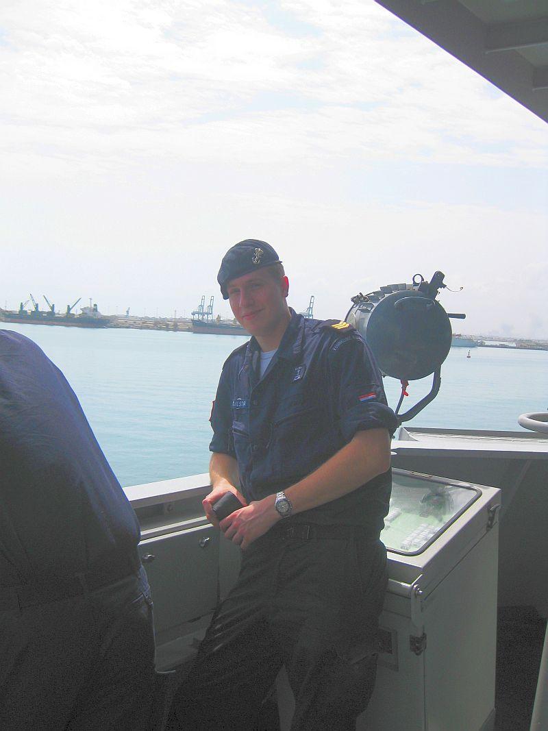 Joris Zijlstra op de brugvleugel van Hr.Ms. Tromp bij het aanlopen van de haven van Djibouti.