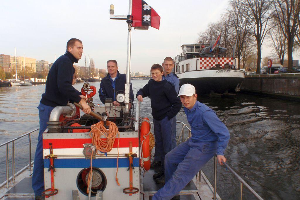 Het korpsschip van de Amsterdamse zeekadetten ligt aan de marinekazerne. Van daaruit gaan de kadetten met een ex-brandweerponton de grachten in.