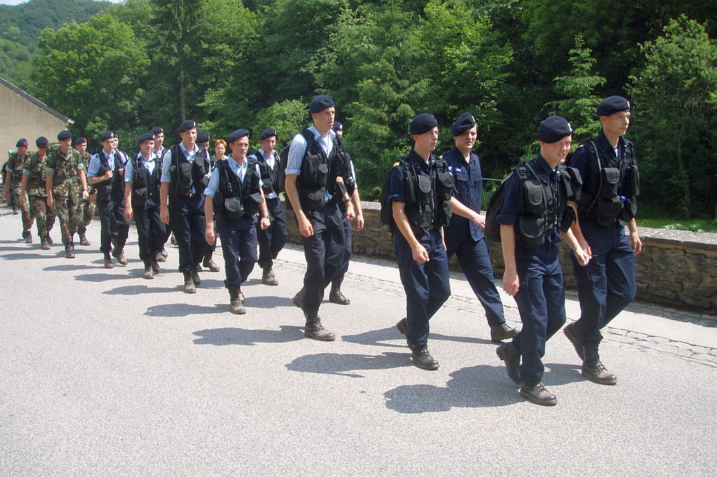 Adelborsten aan het trainen voor de vierdaagse van Nijmegen.