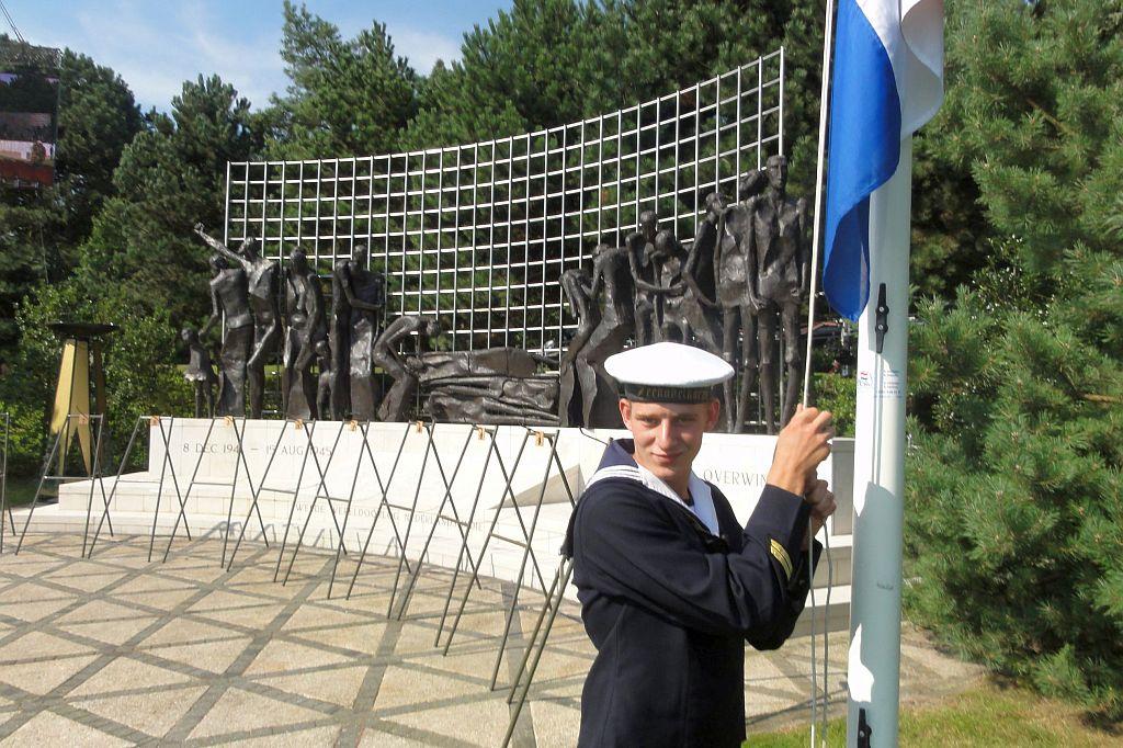Pascal Vlug heeft al meer keren de vlag mogen hijsen bij de landelijke Indiëherdenking (einde WO II) in Den Haag.