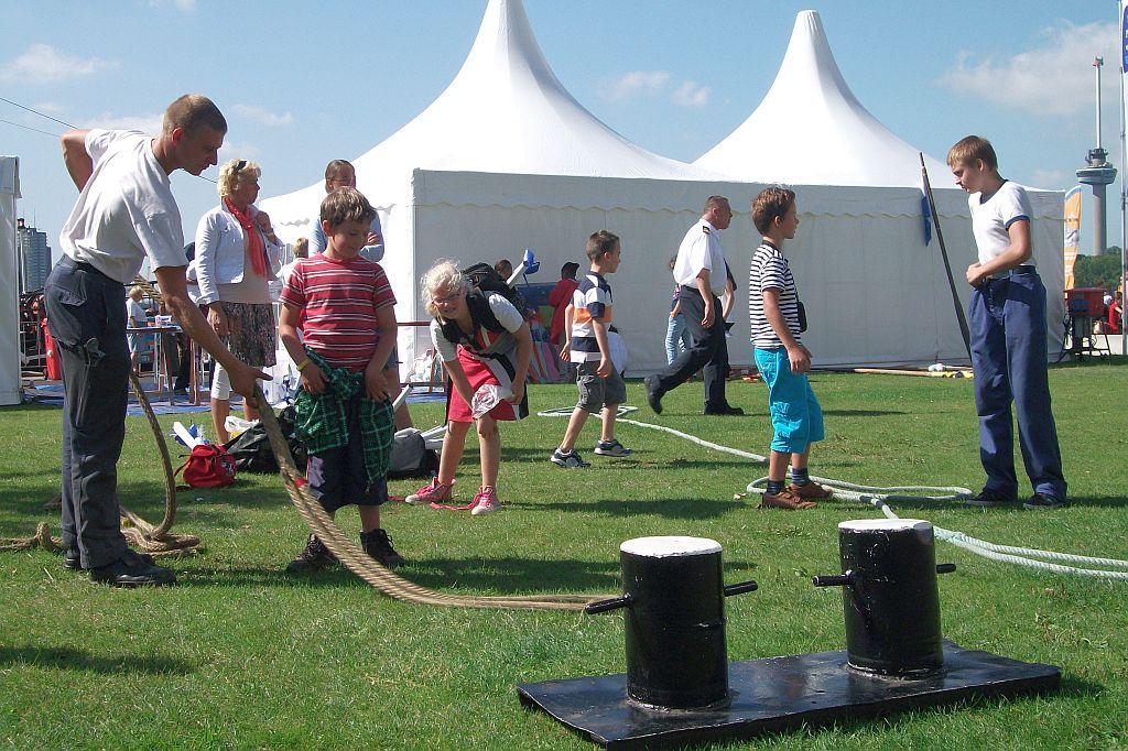 ascal Vlug demonstreert voor Rotterdamse schoolkinderen hoeveel vakkennis de zeekadetten al hebben.