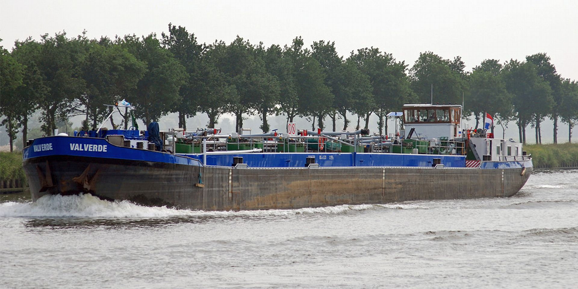 Een van de binnenvaart tankers waar Rene op vaart
