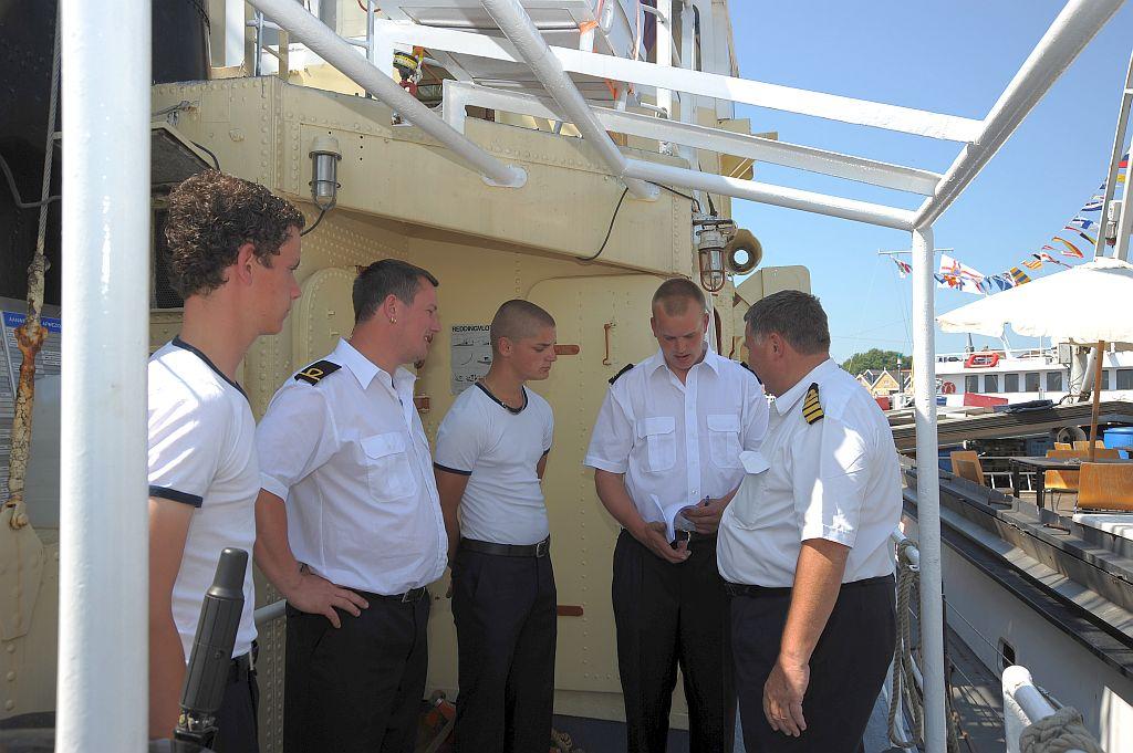 René Lubbers in overleg met de commandant van het landelijk zomerkamp.