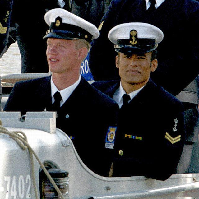 Op de foto zie je links een onderofficier van het Zeekadetkorps en rechts een onderofficier van de Koninklijke Marine.